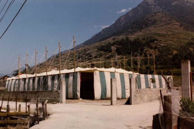 antigua carpa construyendo