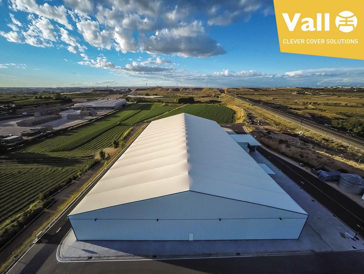 ¿Son realmente eficientes los techos de lona de las naves industriales desmontables?